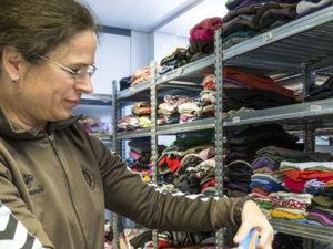 Frau in Kleiderkammer