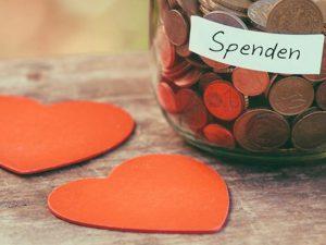 Spendenglas und Herzen