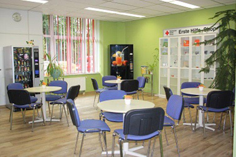 Erste Hilfe Shop mit Tischen und Stühlen