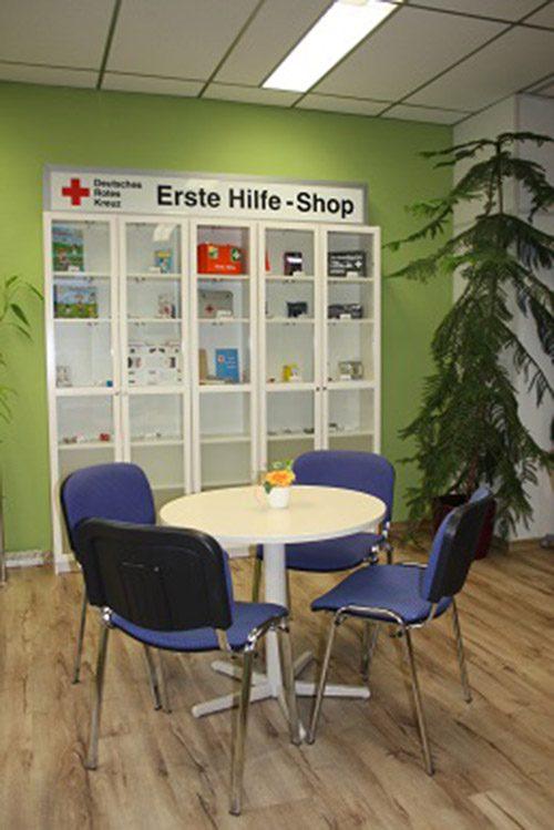 Erste Hilfe Shop mit Tisch und Stühlen
